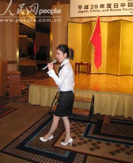 中国广东省南方歌舞团独唱演员张琼为酒会献歌. 段跃中 摄-人民网日